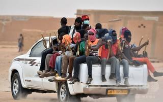 サハラ砂漠に水・食料なしで放置、移民67人を救助 ニジェール
