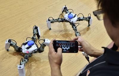 動く姿はクモ? 最新ロボットも IT見本市「CEATEC JAPAN 2017」  千葉