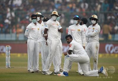インド大気汚染、マスク着用でクリケット国際試合 嘔吐する選手も 写真 ...