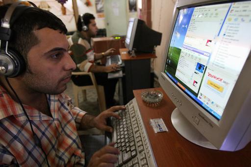 ネットで結婚相手を見つけるイラクの若者たち、残された唯一の出会いの場