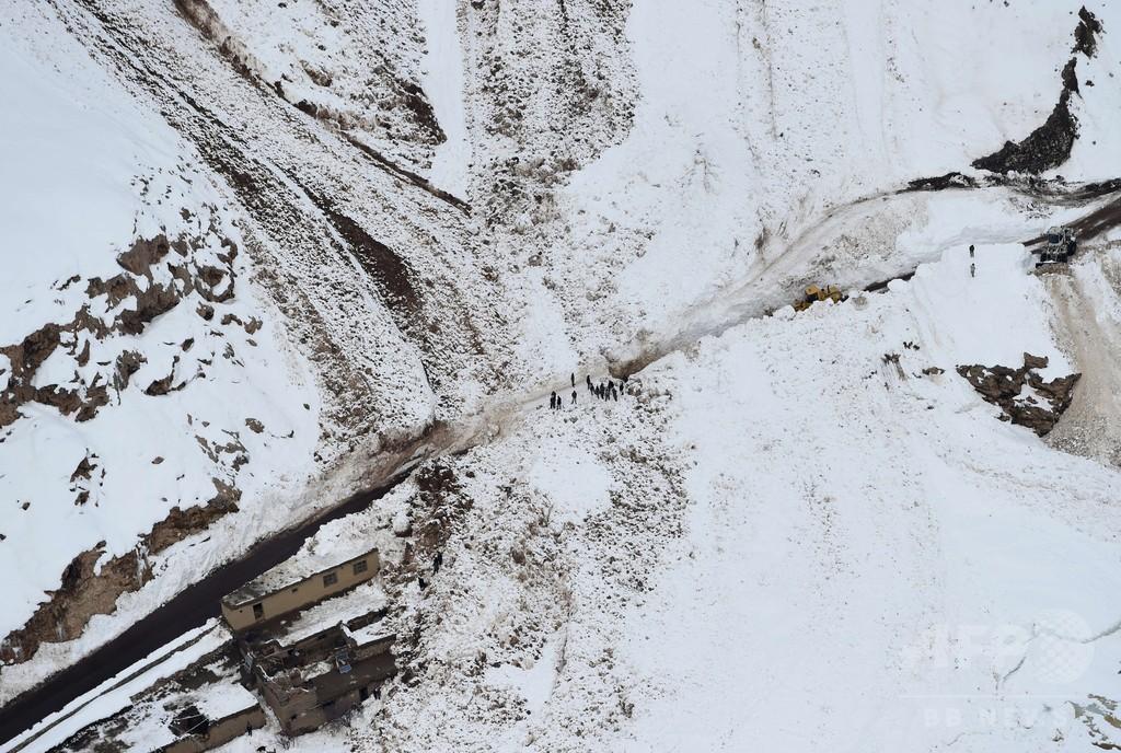 生々しい雪崩の爪あと、死者280人超のアフガン被災地