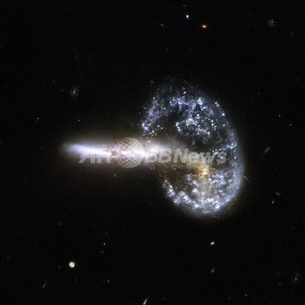 ハッブル宇宙望遠鏡、結合する銀河の宇宙画像を公開