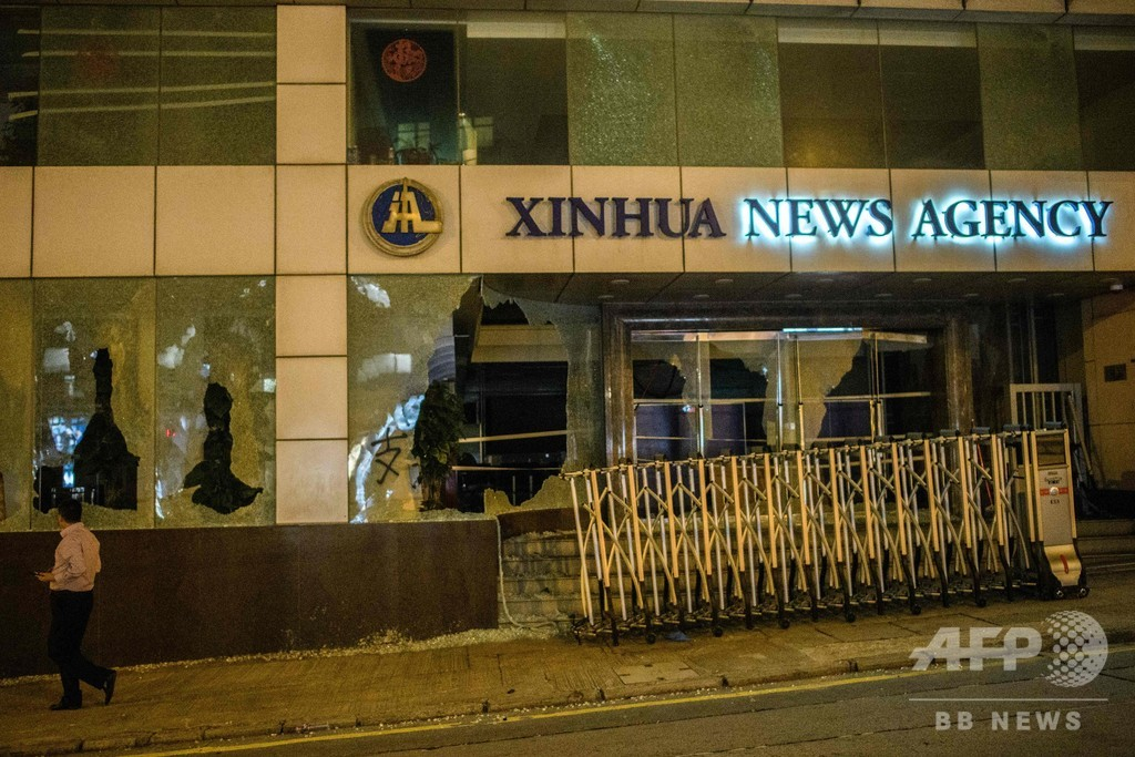 香港で新たな無許可デモ、新華社支社の窓割られる