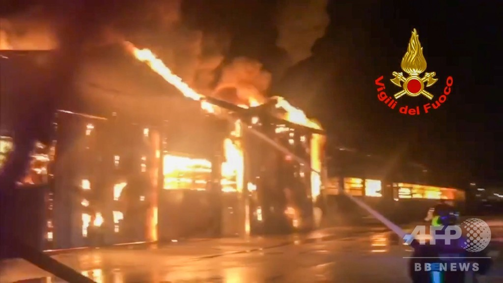 イタリアの港で爆発、大火災発生 人的被害なし