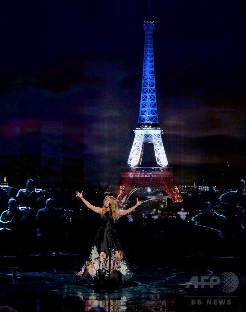 セリーヌ・ディオン、米授賞式でパリ追悼の歌