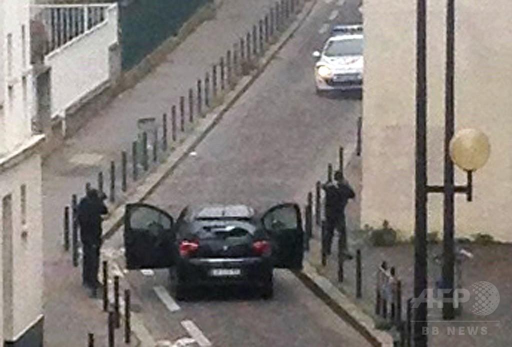 パリの風刺新聞社で銃撃、12人死亡 「預言者のかたき」