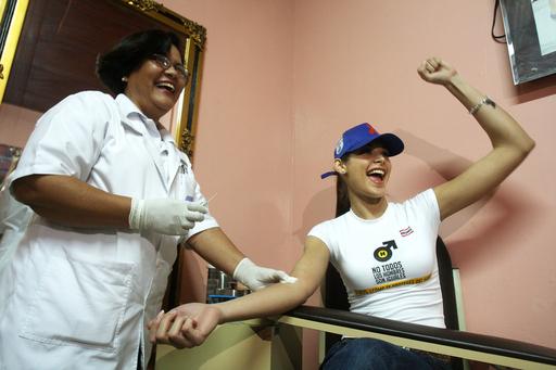 2008ミス・ユニバースがニカラグアでエイズ検査、予防運動の一環として