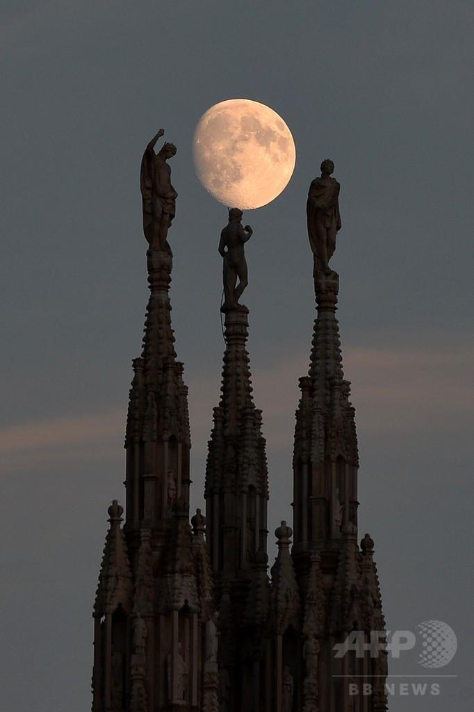 ミラノ大聖堂の背後に浮かぶ月、イタリア