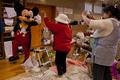 子どもたち大喜び、避難所にミッキーとミニー登場