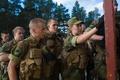 ノルウェー北部セテルモエンにある機甲大隊で男性新兵に混じって基礎訓練に臨む女性新兵(2016年8月11日撮影)。(c)AFP/KYRRE LIEN