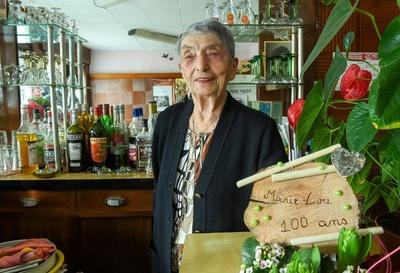 まだまだ現役! バーカウンターに立ち続ける100歳女性、フランス