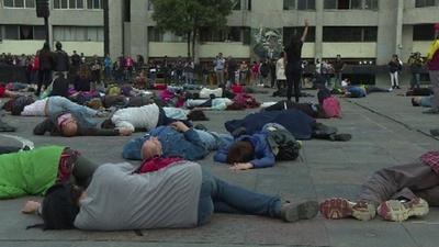 動画:メキシコ、トラテロルコの学生大虐殺から50年 広場で事件再現