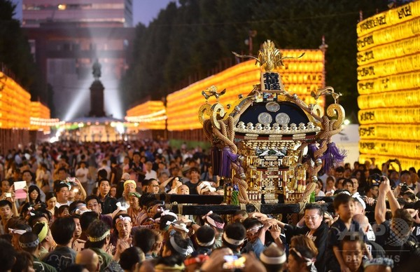 靖国神社で「みたままつり」、提灯3万個