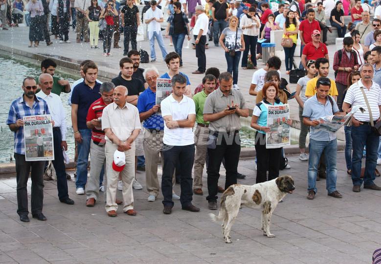 トルコの反政府デモ、無言で立ち尽くす「沈黙の抗議」