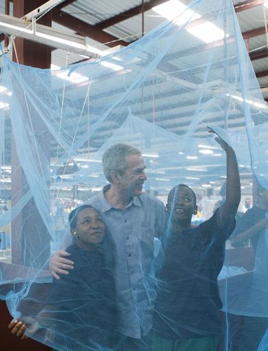 アフリカ歴訪中のブッシュ大統領、蚊帳工場や病院を訪問