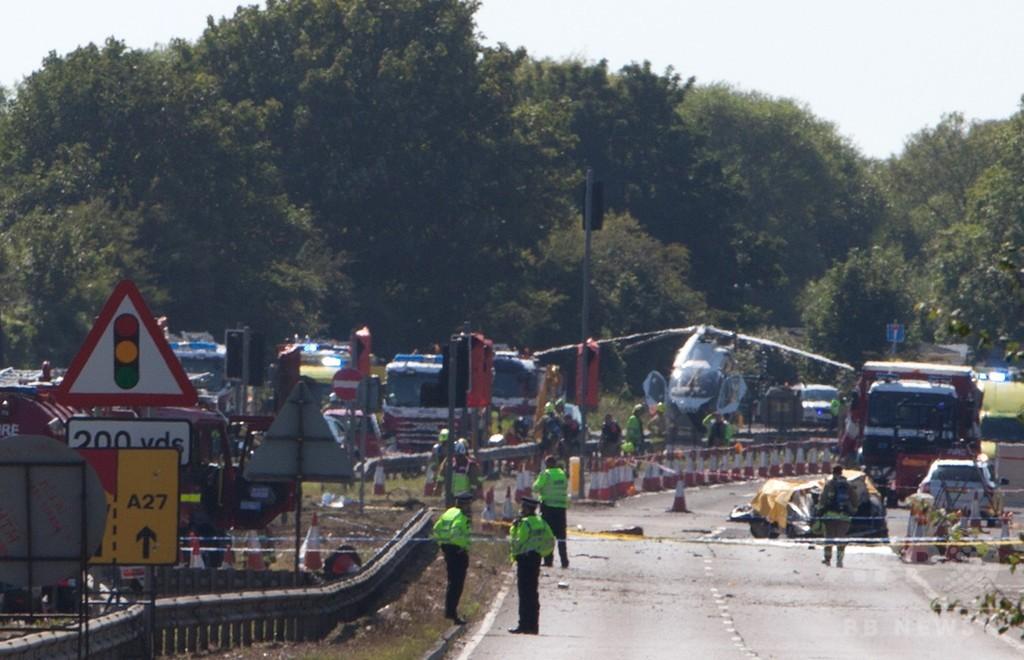 英航空ショーで戦闘機が道路に墜落、7人死亡 パイロットは重体