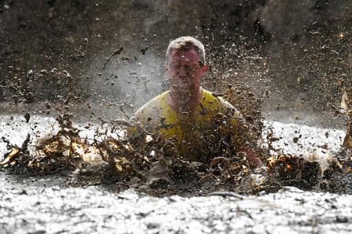 走るだけじゃ物足りない! 泥だらけの障害物競走「マッド・デー」 仏