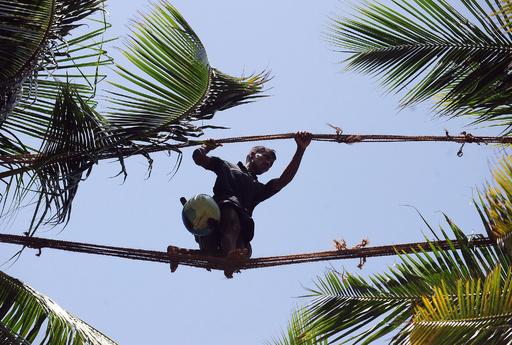 後継者不足に悩むスリランカの「綱渡り」職人たち