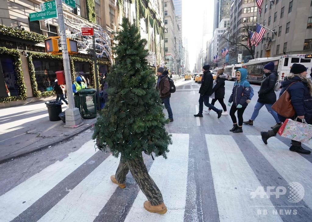 NYをうろうろ…今年も登場「歩くクリスマスツリー」