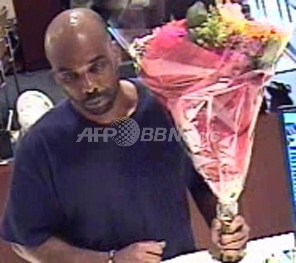 米NYの銀行に「花束強盗」、警察が画像を公開