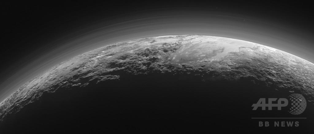 NASA、日没迫る冥王星の地表を捉えた画像公開
