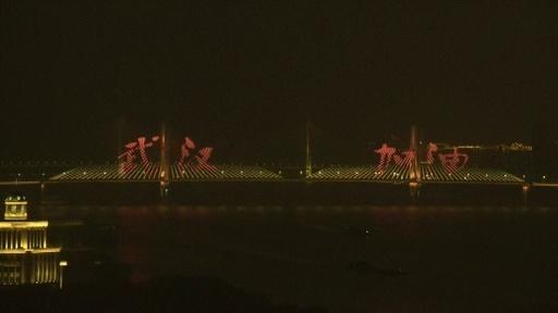 動画:「武漢頑張れ!」 新型ウイルスで打撃受けた街に励ましのライト点灯