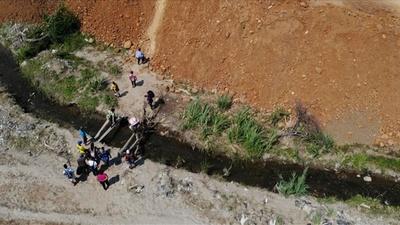 動画:コロンビアへ不法入国するベネズエラ人を捉えたドローン映像