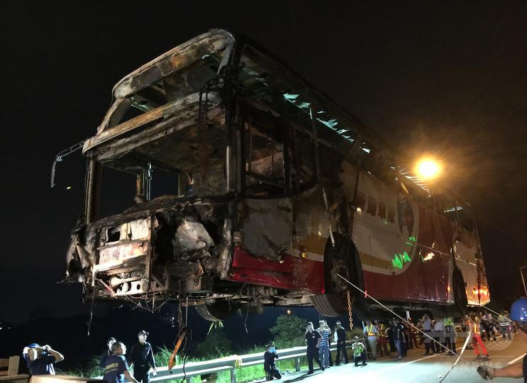 台湾の観光バス炎上、「自殺願望」の運転手が放火