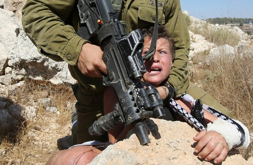 少年を押さえつけるイスラエル兵、映像めぐり激論