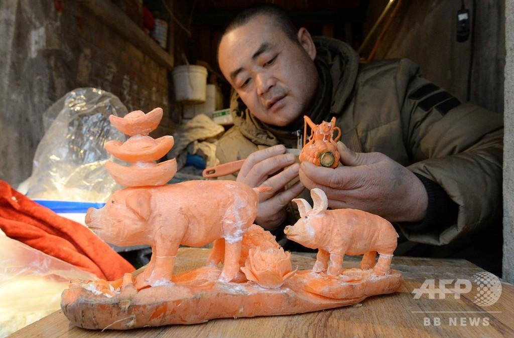 トウモロコシかニンジンか? 青果店主が店の傍らで作る彫刻作品 河北