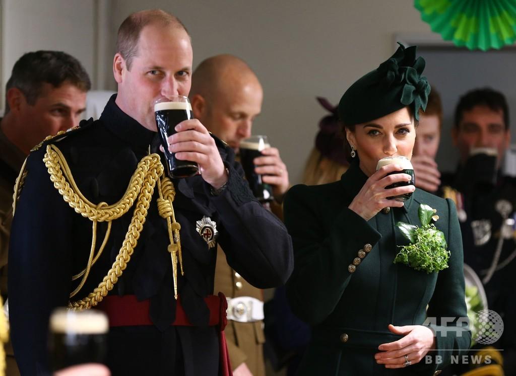 英ウィリアム王子夫妻、聖パトリック・デーのパレードに参加 ギネスビール楽しむ