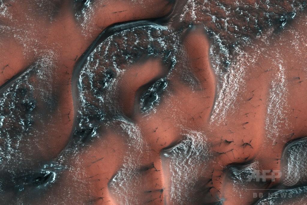 火星表面近くに地下氷河、厚さ100メートル以上 研究