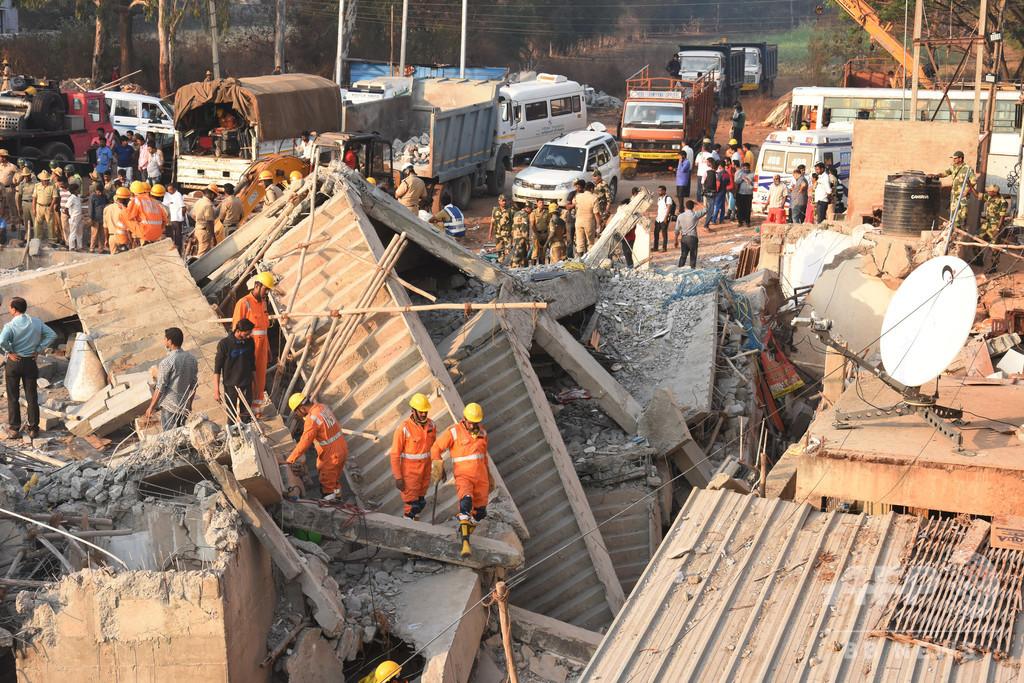 インドで建物崩壊、17人死亡 3日後に3人救出