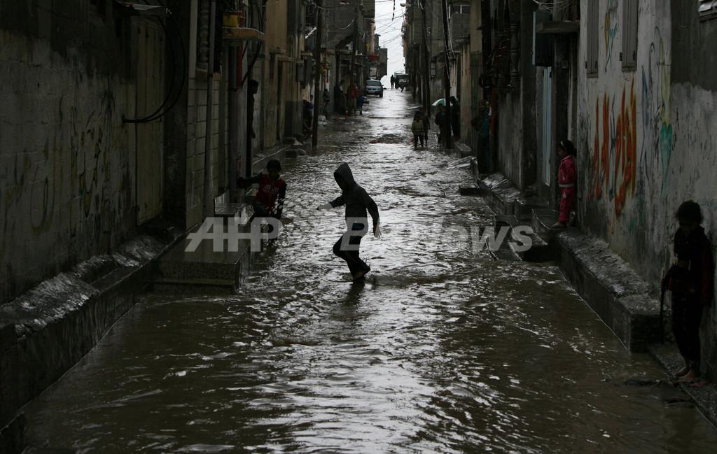 パレスチナ・ガザの難民キャンプで洪水