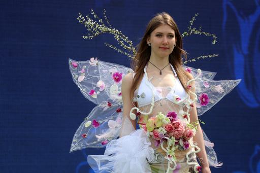 モデルの体を花で飾るフラワーアートショー 中国・江蘇