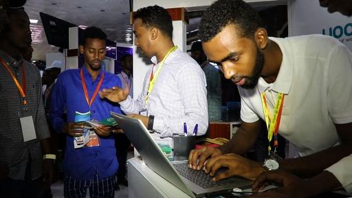 動画:銃もなければ爆弾もない空間、ソマリア首都で技術サミット開催