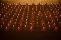 幻想的なろうそくの灯火、タイ寺院で「万仏節」行事