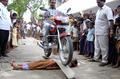 オートバイにひかれて「勇気示す」児童たち インド