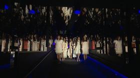 動画:クラゲトンネルでファッションショー
