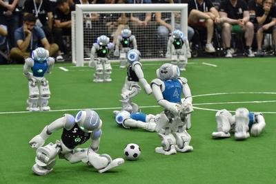 ロボットのW杯「ロボカップ」開催、見て考えてプレー 名古屋