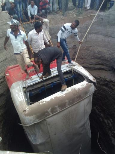 バスが三輪タクシーに衝突し井戸に転落、26人死亡 インド