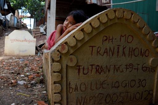 死者と生きる、墓地に暮らす都会の貧困層 カンボジア