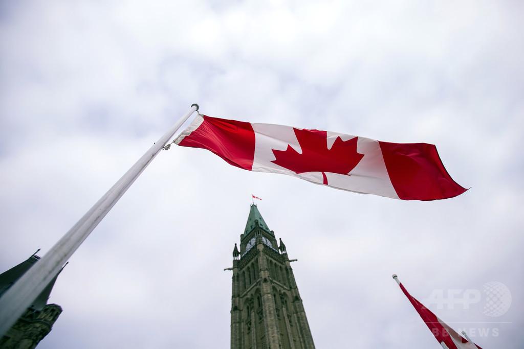 カナダ、公的書類に第3の性の選択肢「X」容認へ