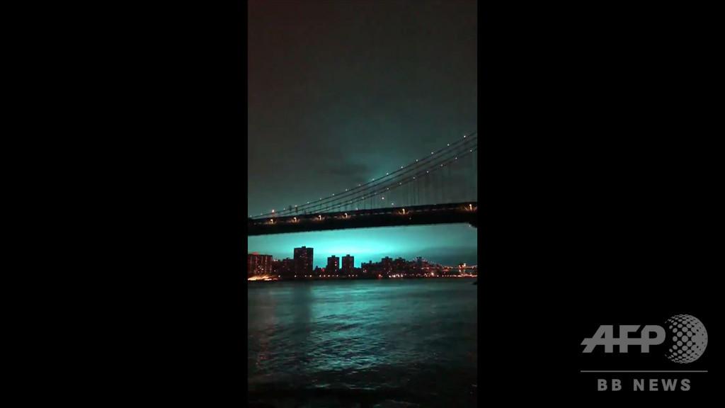 宇宙人の侵略? NYの夜空が不気味な青色に染まる