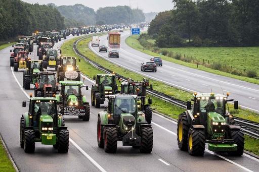オランダ農家、トラクター行進で気候対策に抗議 「史上最大」の渋滞発生