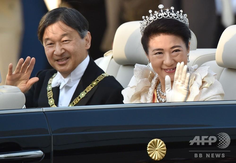都内で即位祝賀パレード、笑顔で手を振られる両陛下に歓声