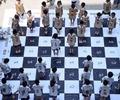 巨大ボードで「生きた」チェス、小学生32人が挑戦 中国
