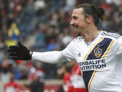 負傷明けのイブラが2ゴール、MLSデビュー1周年に大活躍 写真5枚 国際 ...