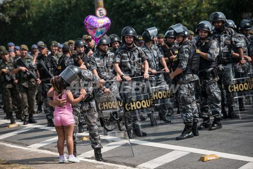 ブラジル独立190周年、祝賀パレ...