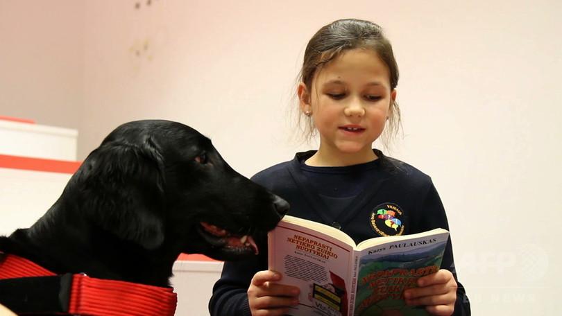 「上手に読めたね」セラピー犬が子どもの読書の力に リトアニア